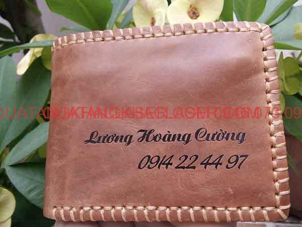 Hình ảnh ví da bò ban khác tên theo yêu cầu khách hàng và người thân làm món quà tạng thật đọc đáo